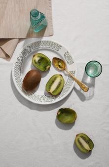 Vue de dessus délicieux kiwi sur assiette
