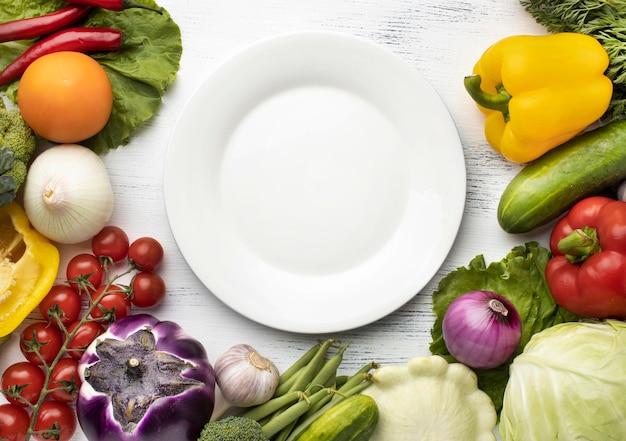 Vue de dessus de délicieux légumes avec assiette