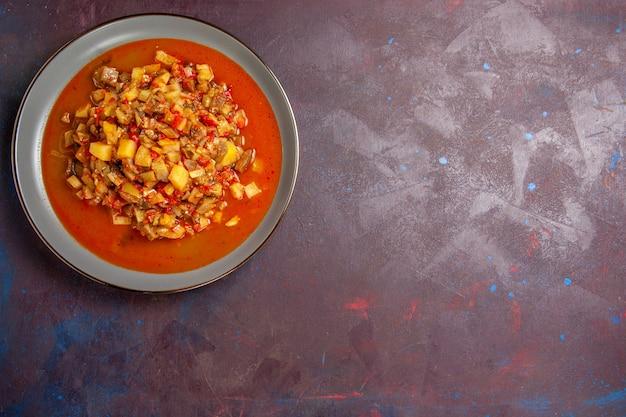 Vue de dessus de délicieux légumes cuits tranchés avec de la sauce sur fond sombre sauce soupe alimentaire repas légume