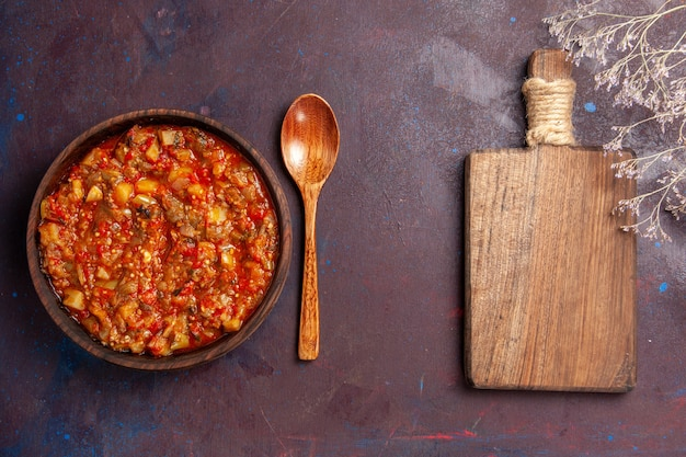 Vue de dessus de délicieux légumes cuits tranchés avec de la sauce sur la soupe de bureau sombre repas sauce végétale