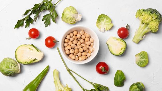 Vue de dessus de délicieux légumes sur fond blanc