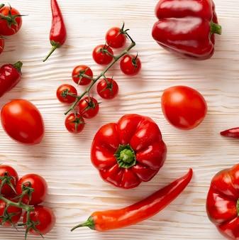 Vue de dessus de délicieux légumes rouges