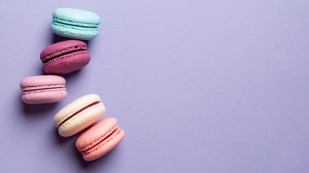 Vue de dessus de délicieux macarons avec espace copie