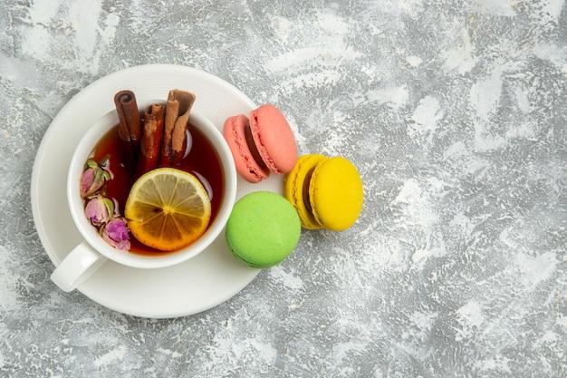 Vue de dessus de délicieux macarons français gâteaux colorés sur une surface blanche claire