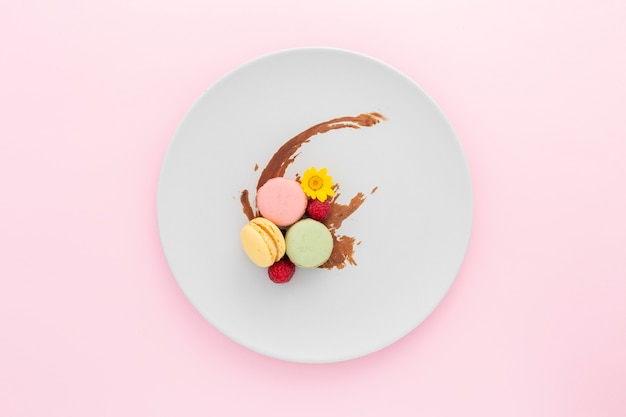 Vue de dessus de délicieux macarons sur une plaque