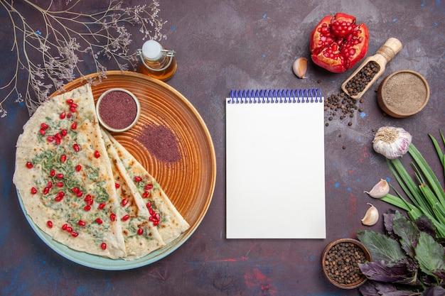 Vue de dessus de délicieux morceaux de pâte cuits qutabs avec des légumes verts sur la surface sombre plat de graisse de calories cuisson repas de pâte