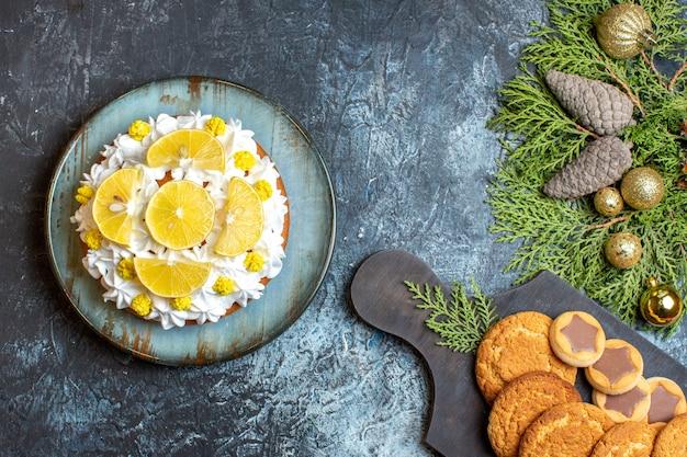 Vue de dessus de délicieux petits biscuits avec gâteau aux fruits