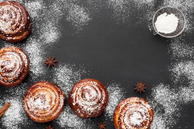 Vue de dessus de délicieux petits pains à la cannelle avec espace copie