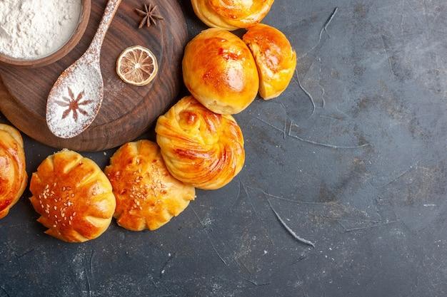 Vue de dessus de délicieux petits pains sucrés sur fond sombre