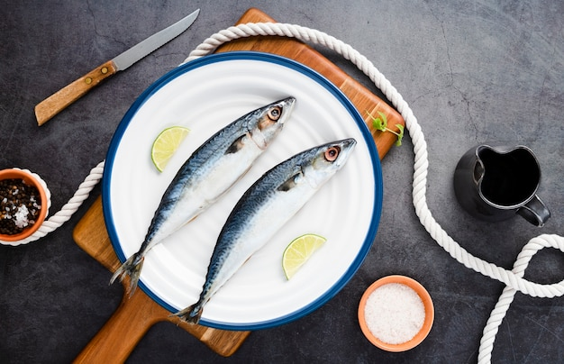 Vue de dessus avec de délicieux poissons sur une assiette
