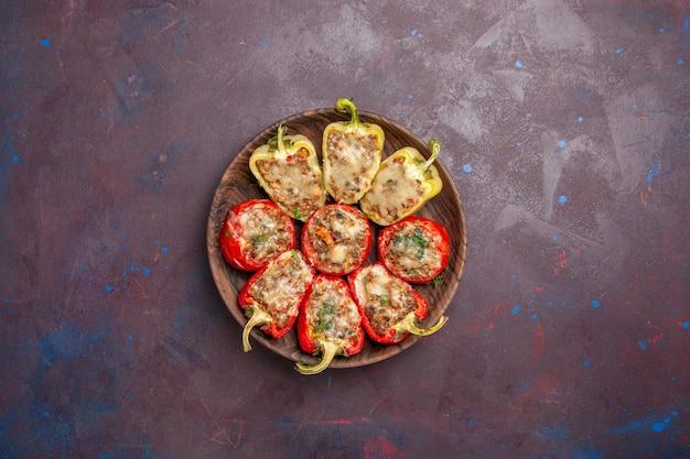 Vue de dessus de délicieux poivrons savoureux plat cuisiné avec de la viande sur le fond sombre plat de dîner de la viande cuire du sel alimentaire