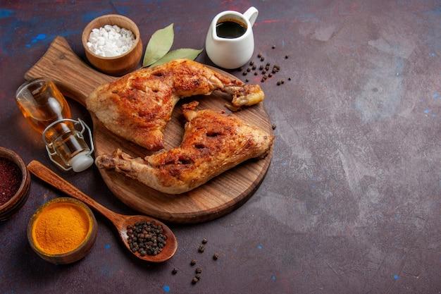 Vue de dessus délicieux poulet frit avec des assaisonnements sur l'espace sombre