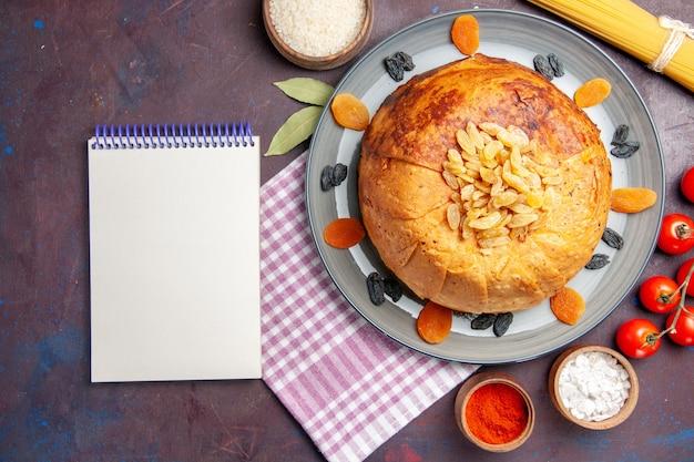 Vue de dessus délicieux repas oriental de shakh plov se compose de riz cuit à l'intérieur de la pâte ronde sur le fond sombre de la pâte repas nourriture riz