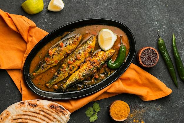 Vue de dessus délicieux repas de poisson sur le plateau