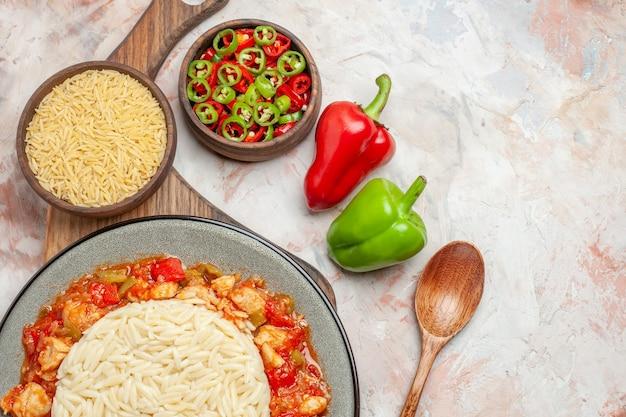 Vue de dessus d'un délicieux repas de riz blanc avec du poulet et des légumes
