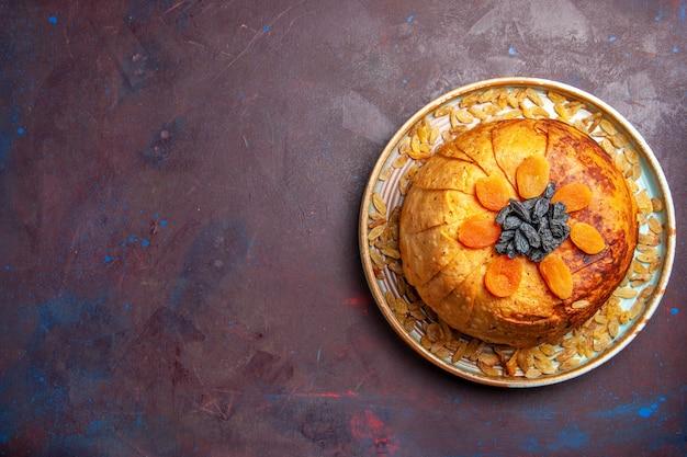 Vue de dessus de délicieux repas de riz cuit shakh plov avec des raisins secs sur la pâte à repas au sol sombre cuisson du riz alimentaire