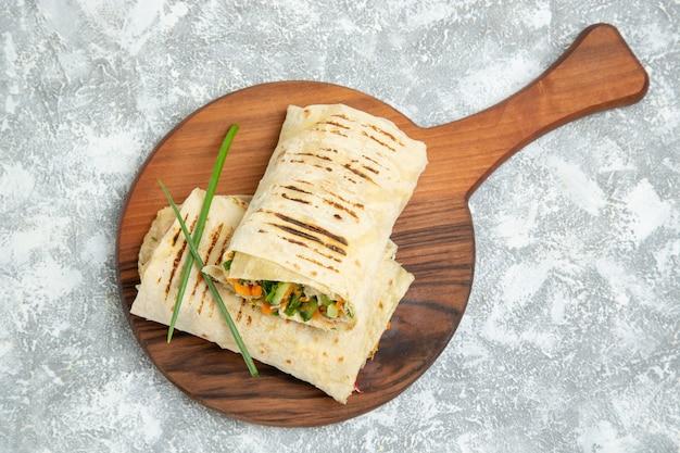 Vue de dessus délicieux repas sandwich fait de viande grillée à la broche en tranches sur un espace blanc