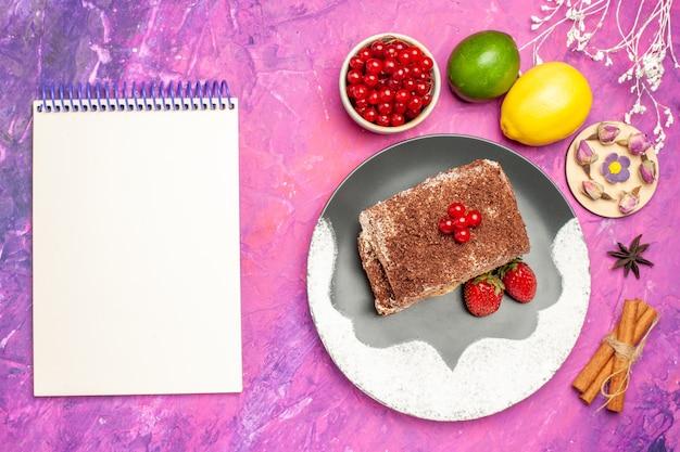 Vue de dessus délicieux rouleaux de biscuits aux fruits sur fond rose