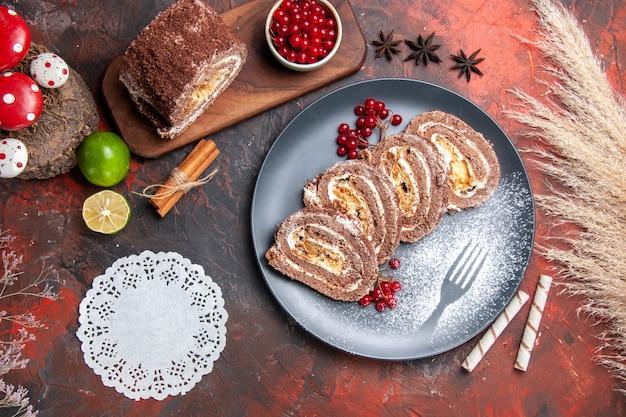 Vue de dessus de délicieux rouleaux de biscuits aux fruits sur fond sombre