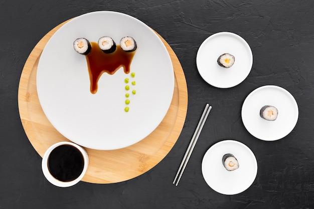 Vue de dessus délicieux rouleaux de sushi avec sauce soja