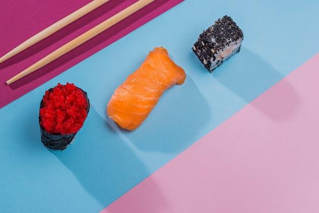 Vue de dessus de délicieux rouleaux de sushi