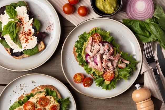 Vue de dessus de délicieux sandwichs sur assiettes