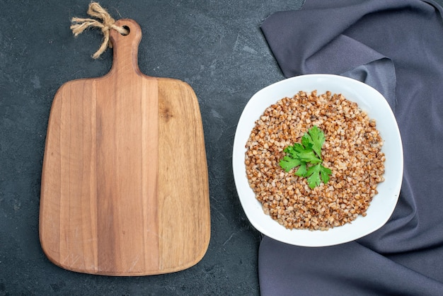 Vue de dessus de délicieux sarrasin cuit sur un espace gris