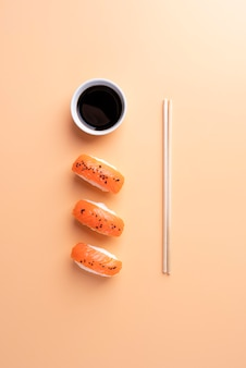Vue de dessus de délicieux sushis et sauce soja