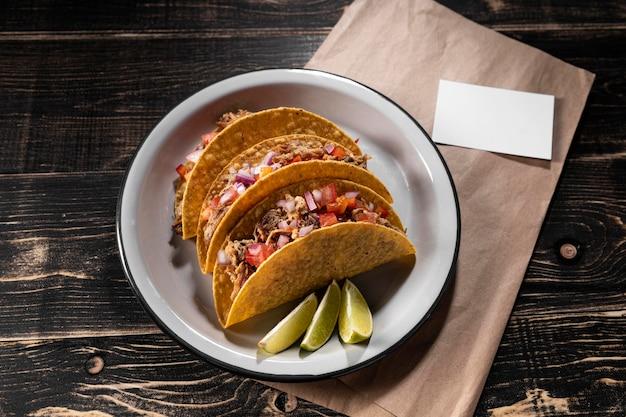 Vue de dessus de délicieux tacos sur assiette