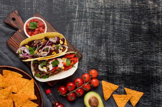 Vue de dessus de délicieux tacos aux légumes et à la viande