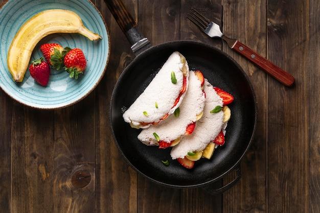 Vue de dessus de délicieux tacos et fruits