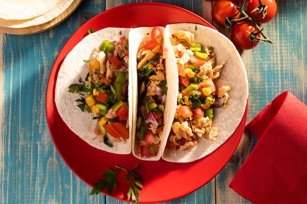 Vue de dessus de délicieux tacos sur plaque rouge