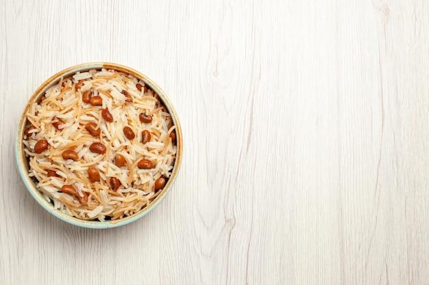 Vue de dessus de délicieux vermicelles cuits avec des haricots sur un repas de bureau blanc cuisson plat de pâtes aux haricots