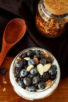 Vue de dessus délicieux yogourt aux myrtilles