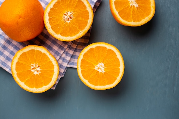 Vue de dessus, demi-coupe d'oranges naturelles sur la table