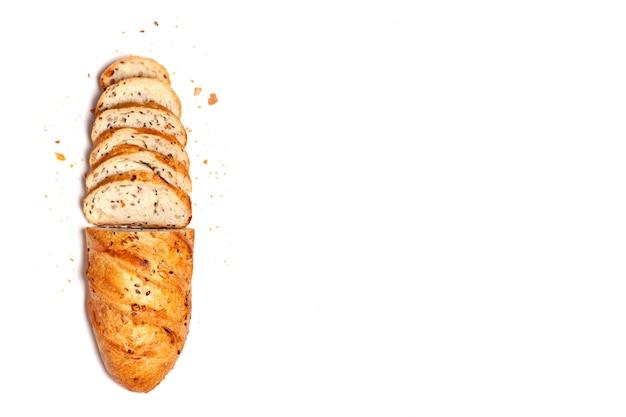 Vue de dessus depuis le haut, pain tranché à moitié fait maison et sans céréales au grain de blé fait maison.