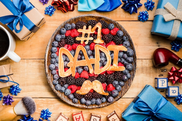 Vue de dessus le dessert de la fête des pères sur la table