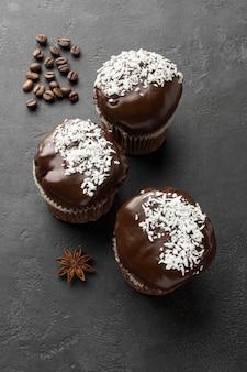 Vue de dessus des desserts au chocolat avec des grains de café