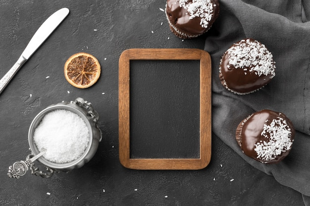 Vue de dessus des desserts au chocolat avec tableau noir