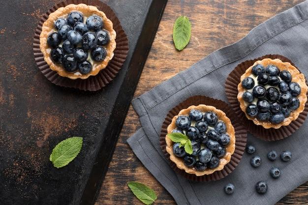 Vue de dessus des desserts aux myrtilles à la menthe
