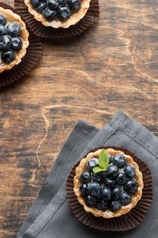 Vue de dessus des desserts aux myrtilles