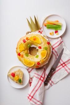 Vue de dessus des desserts du jour de l'épiphanie avec des bonbons et une couronne de papier
