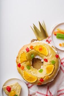 Vue de dessus des desserts du jour de l'épiphanie avec des bonbons et une couronne
