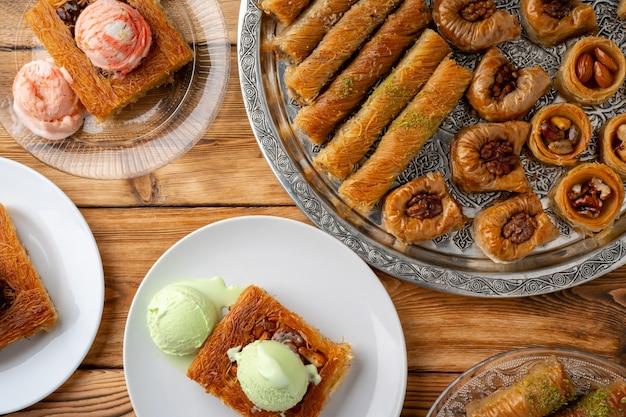 Vue de dessus des desserts turcs sur fond de bois