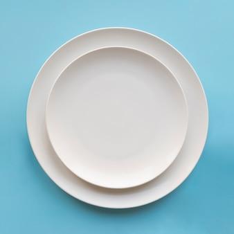 Vue de dessus de deux assiettes simples