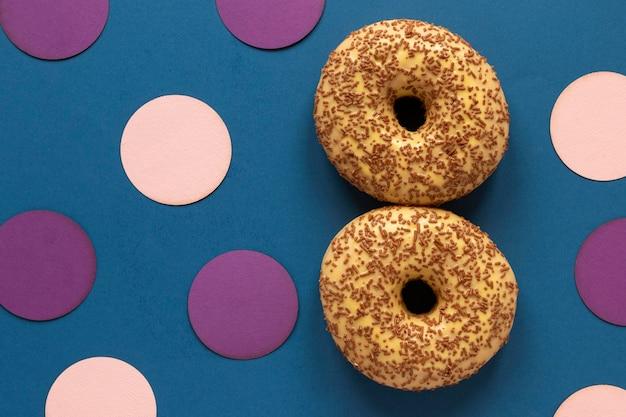Vue de dessus de deux beignets en forme de date pour la journée de la femme