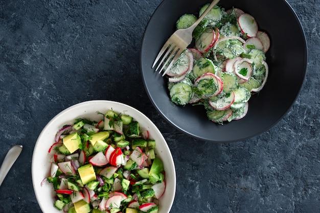 Vue de dessus de deux bols salade d'été