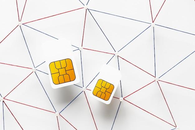 Vue de dessus de deux cartes sim avec réseau de communication internet