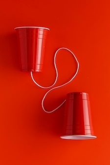 Vue de dessus de deux gobelets en papier avec ficelle
