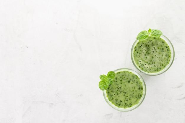 Vue de dessus de deux smoothies verts